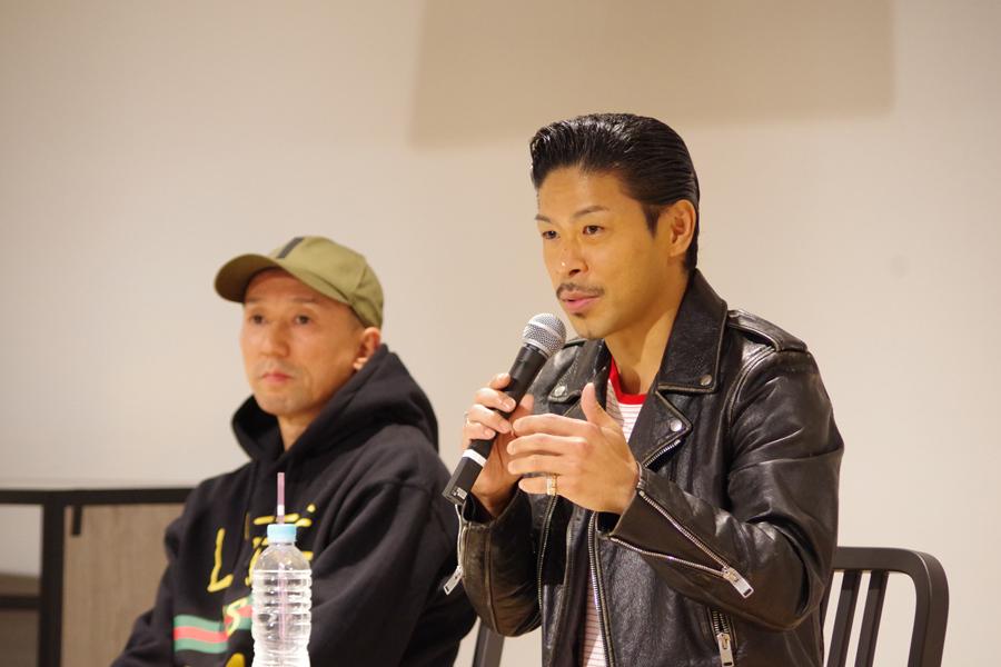 トークショーで話すMATSU(右)