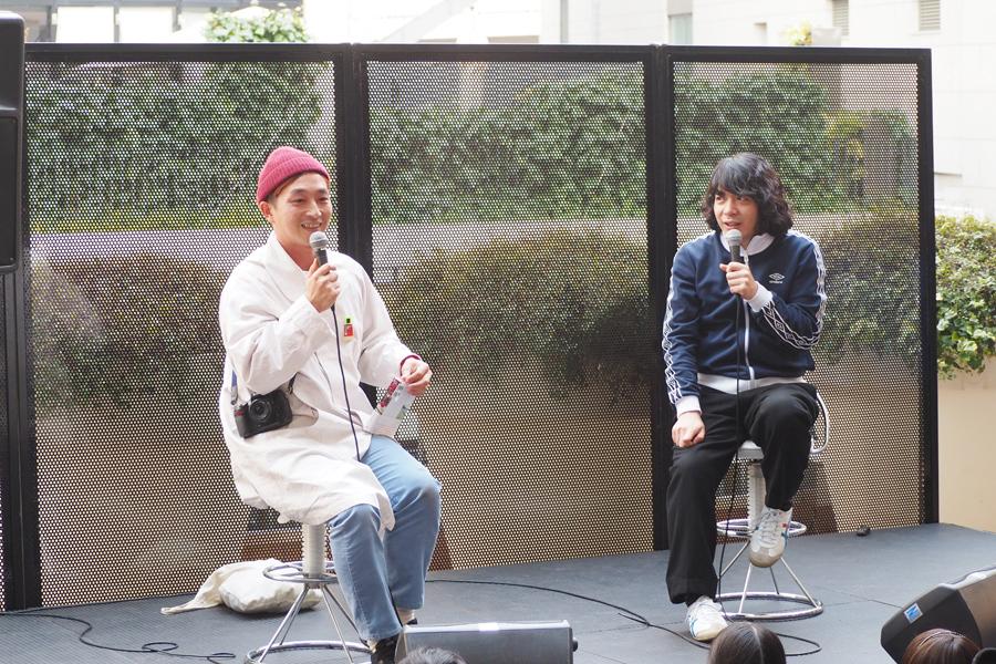 写真家・川島小鳥(左)と銀杏BOYZの峯田和伸(19日、NU茶屋町)