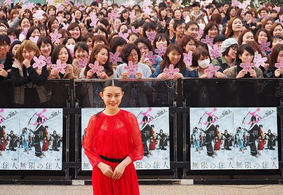 杉咲花のフォトセッションでは、木村拓哉も報道陣とともに舞台からスマホで撮影(30日・京都市内)