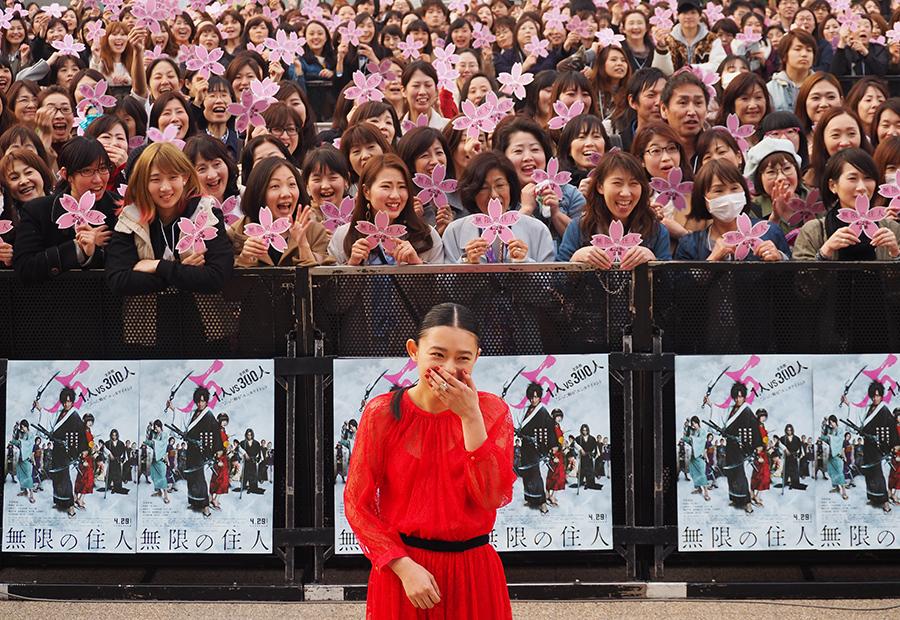 報道陣とともに舞台上からスマホで撮影する木村拓哉の姿に、思わず笑みがこぼれる杉咲花(30日・京都市内)