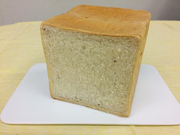 イタリア産の希少なビアンケットトリュフが練り込まれたプレミアム食パン