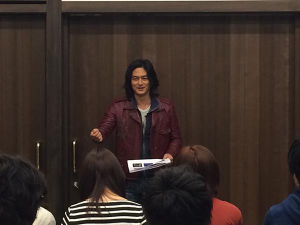 学生たちに、コンセプトを説明するネイキッド代表の村松亮太郎さん