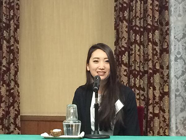 贈呈式前の記者会見で、「次の小説を今、書いています。ネバーエンディングストーリーなど、ファンタジーが好きで、いつか書きたい」と語る崔実さん(3月6日・大阪市内)