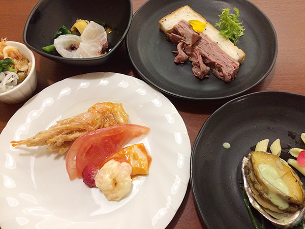シェフイチオシメニューを並べて。中国料理は、赤海老の甘酢、エビマヨ、イカチリを盛り合わせたひと皿。日本料理は、鯛の出汁しゃぶや、しらすと桜海老の春海茶碗蒸しなど。