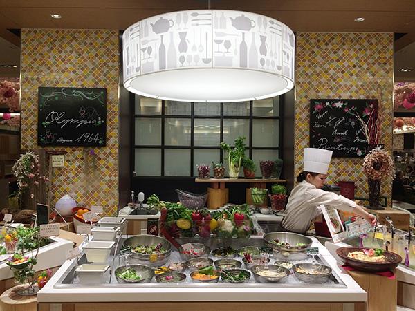 サラダバーには、ニンジン、エンドウ豆、春菊と3種類のスムージーが