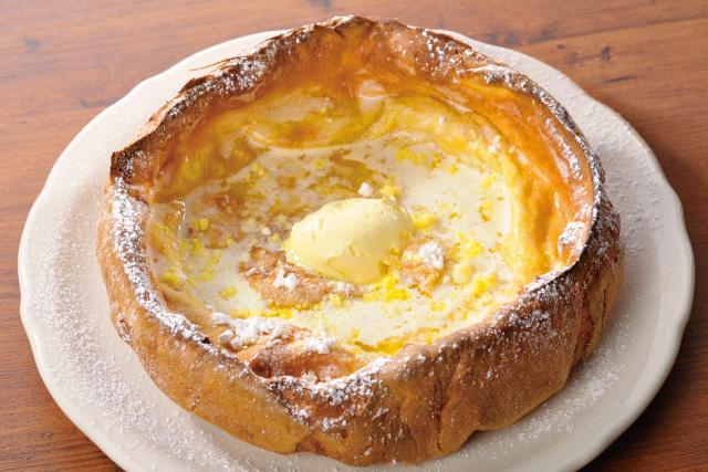 まわりはパイ生地のようにサクサクで、中はもっちり。レモンとバターの風味が絶妙な「ダッチベイビー」