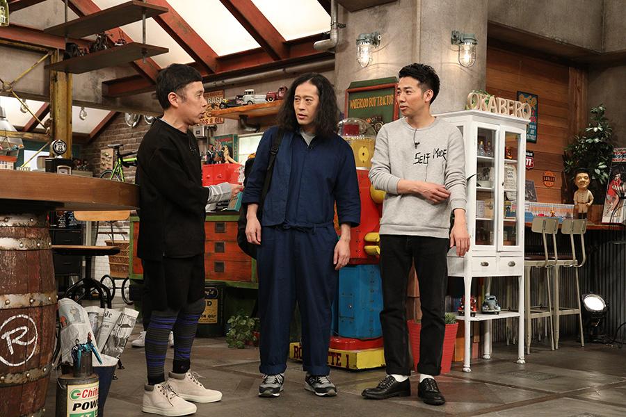 渡米時期について岡村からつっこまれるピース・綾部(右)、左は相方の又吉