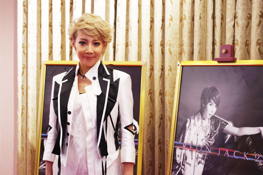 1年ぶりのソロコンサートへの意気込みを話した柚希礼音(23日、梅田芸術劇場)