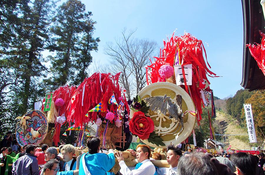『左義長まつり』で毎年手作りされるダシ(神輿)。干支の作り物は穀物や海産物で作られており、それぞれ個性的