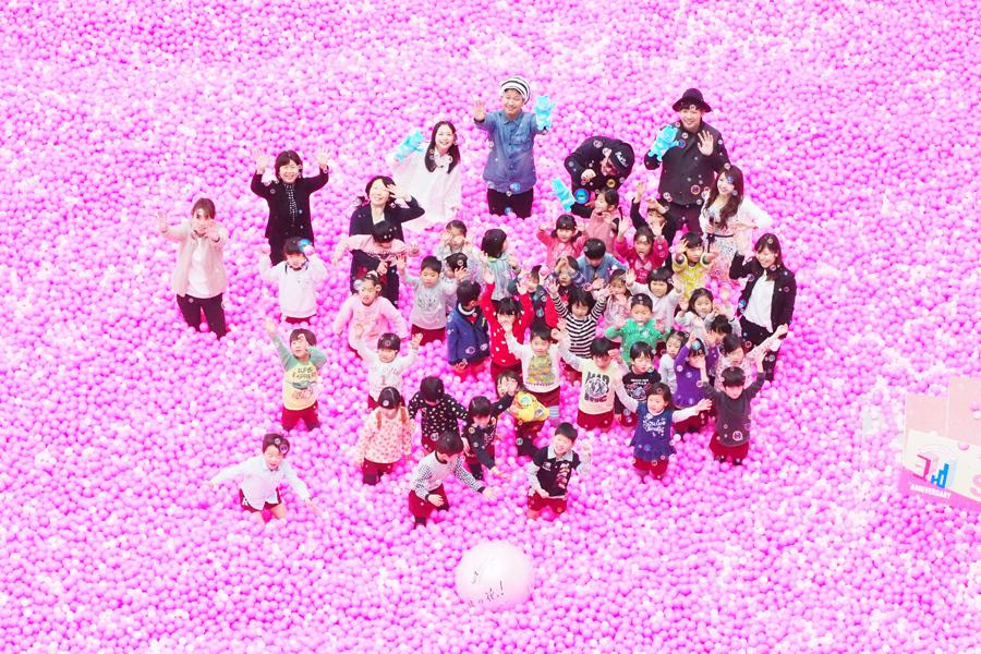 常磐幼稚園児らと「SAKURA POOL」で楽しむ関根麻里とベリーグッドマン