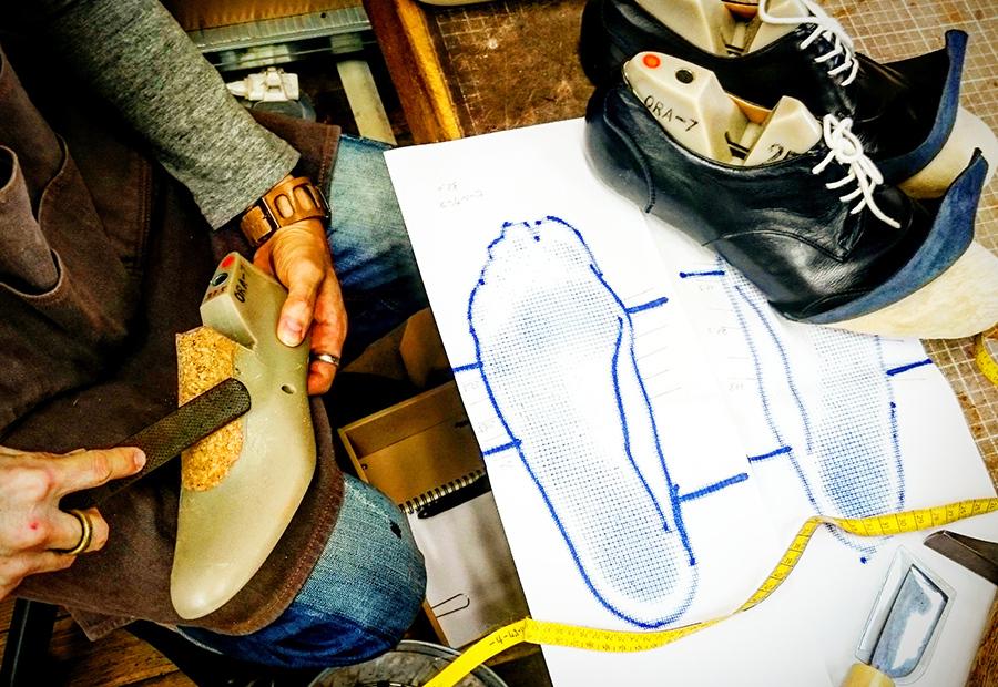 靴作りのコースで靴型を調整している様子