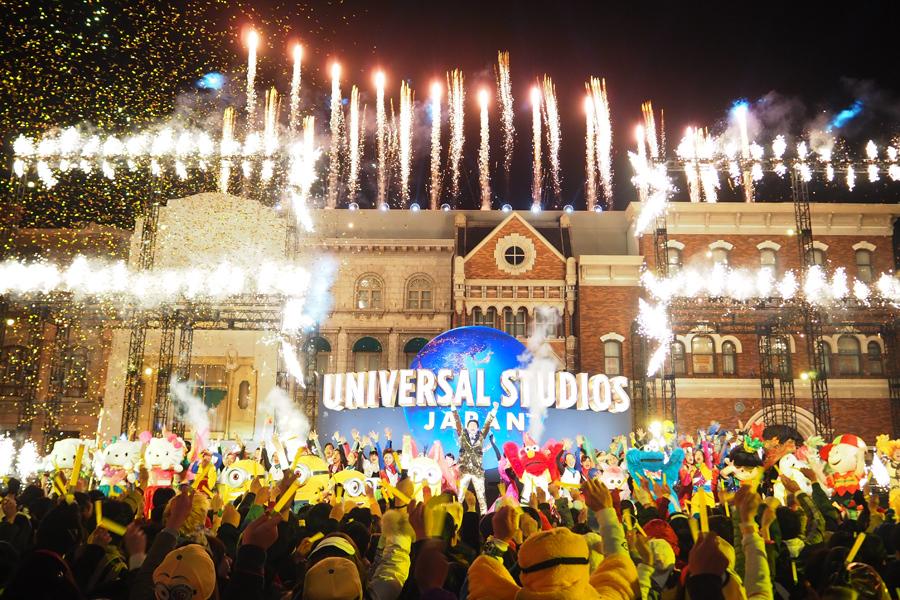 豪華絢爛な花火と金色の紙吹雪が打ち上げられた『開幕宣言セレモニー』(16日、ユニバーサル・スタジオ・ジャパン)