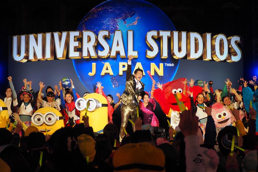 ミニオンやエルモらキャラクターたちとステージを盛り上げる松岡修造