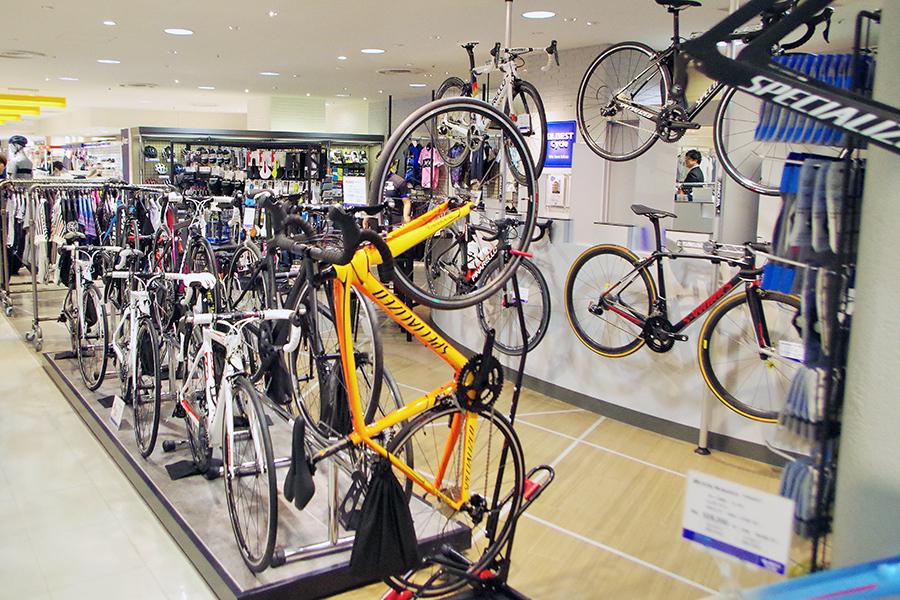 33坪のフロアには自転車が32台、アクセサリー、パーツなどのアイテムは1000点くらいあるが、かなり厳選されている