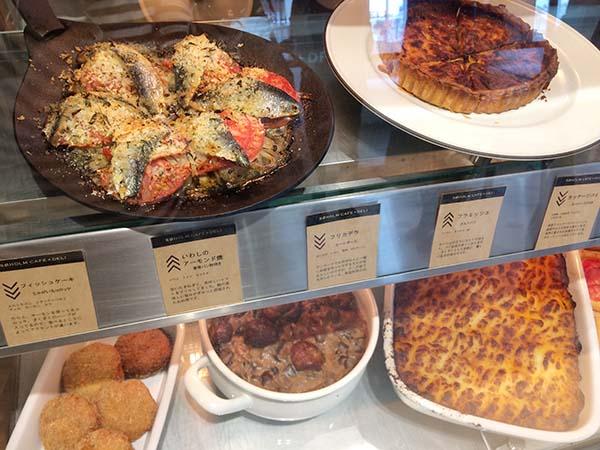 コロッケやミートパイなどの温菜のデリも並ぶ
