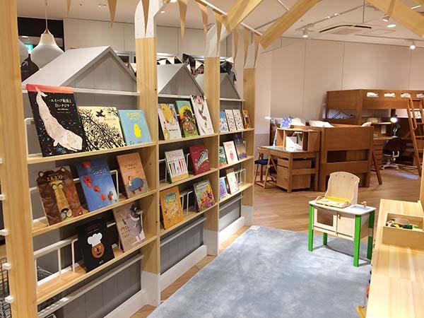 絵本を見ながら子どもが遊べるスペース。キッズサイズの家具も試せる