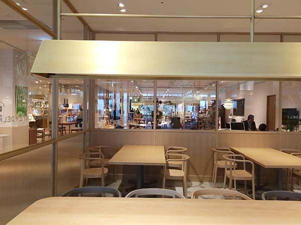 大きなテーブルが配されたシンプルな店内。座り心地のいいイスなど、家具はアクタスで買える