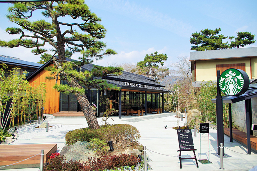 入口の大きな松が目印、自然体になれる場所がコンセプトの「スターバックス コーヒー 京都宇治平等院表参道店」