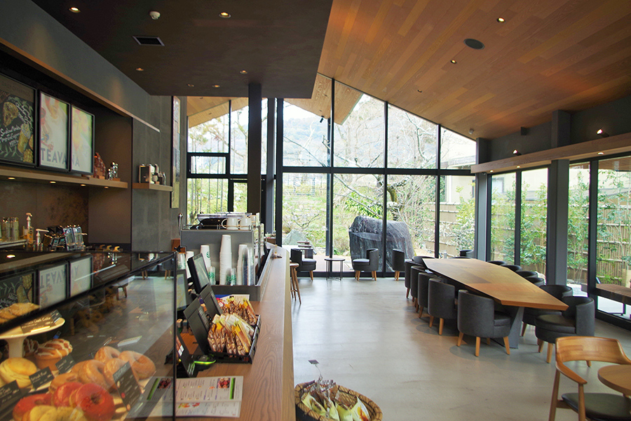 開放感のある店内。置かれている家具は庭の景色が引き立つようあえて落ち着いた色合いのものを使用