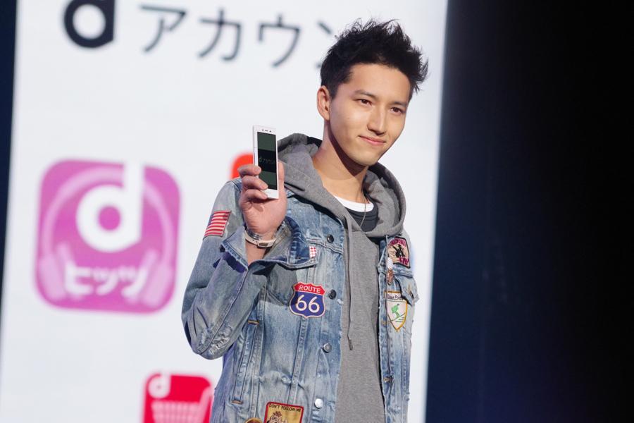 スマートフォン片手に微笑む田口淳之介