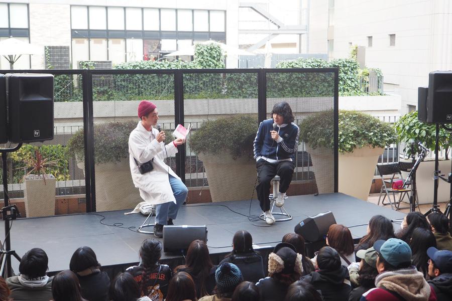 「いろいろあったよね」と10年間の思い出を話す川島小鳥と峯田和伸