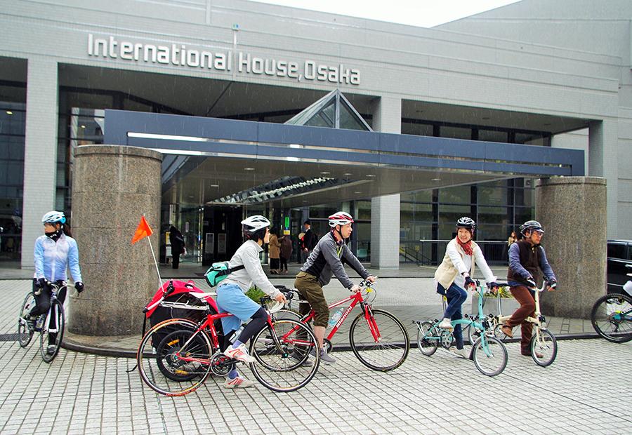 スタート・ゴール地点の「大阪国際交流センター」。チャイルドトレーラーで参加する家族の姿も(26日・大阪市内)