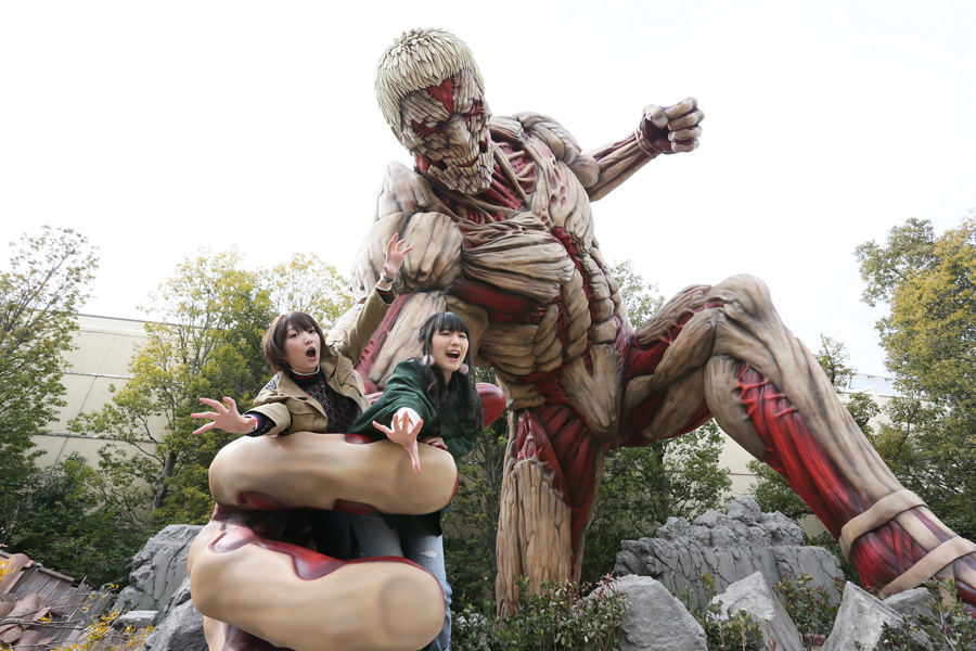 『等身大鎧の巨人』の撮影スポットで巨人の餌となった2人