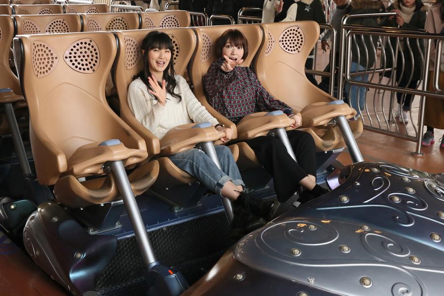 『ハリウッド・ドリーム・ザ・ライド』を体験した2人。左からミカサ役の石川由依、アルミン役の井上麻里奈(5日、ユニバーサル・スタジオ・ジャパン)