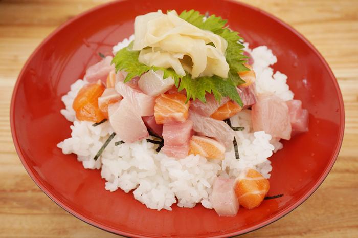旬の魚を特製ダレにくぐらせ、酢飯の上にのせた「ぶっかけ漁師丼」(900円)