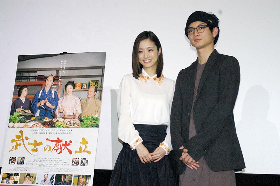 映画『武士の献立』の大阪舞台挨拶に登場した上戸彩と高良健吾