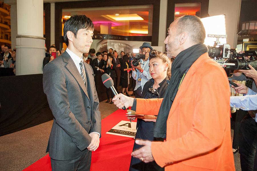 国際映像コンテンツ見本市『MIPTV』で取材をうける西島秀俊(フランス・カンヌ)