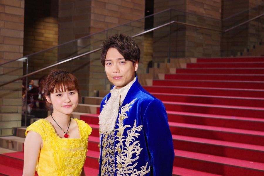 映画のワンシーンのような登場をした、黄色いドレスの昆夏美と青いタキシードの山崎育三郎。(17日、フェスティバルホール)