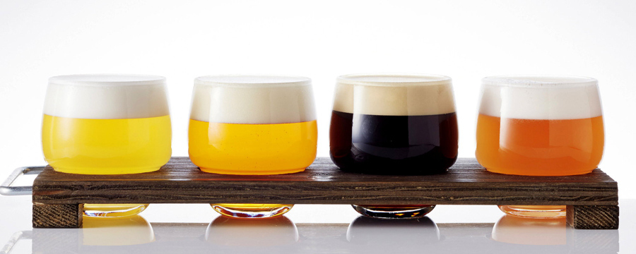 全12ブルワリー約50種のクラフトビアをラインアップ、毎日日替わりの10種類をサーブするビアタップも。4種飲み比べセット1300円