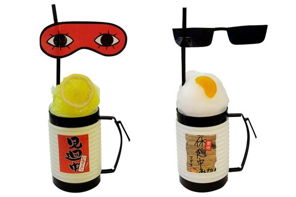 (左から)「沖田のさわやかレモン氷~こんな暑い中見廻りなんかしてられませんぜ~」、「マダオの素(ス)氷みかん添え~いや暑くて今たまたま休憩してるだけだから!~」各900円