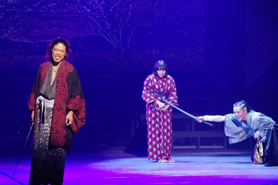 左から、芹沢鴨役の松本利夫、雀役の紗綾、新見錦役の根本正勝