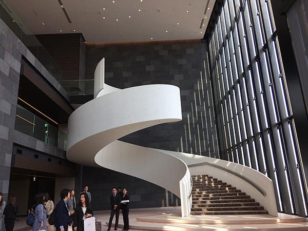 38階からロビー&レストランフロアの40階までは吹き抜けで、らせん階段も