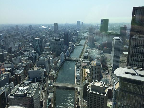 ホテル「コンラッド大阪」38階からの眺望。西へ流れる土佐堀川の真上にいるかのような錯覚に陥る(14日、大阪市北区)