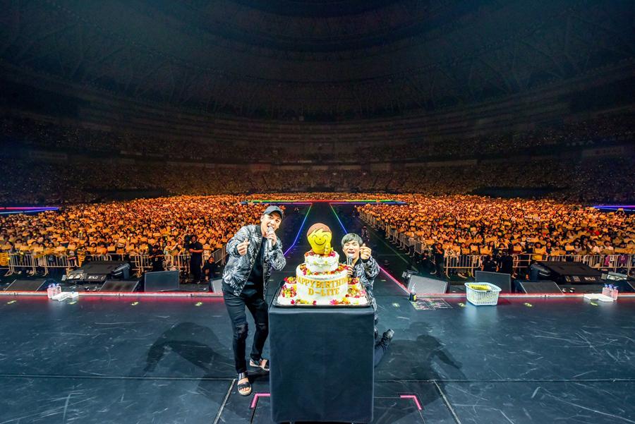 BIGBANGメンバーのV.I.(写真左)が祝福に駆けつけるサプライズに、ファンからも大歓声が