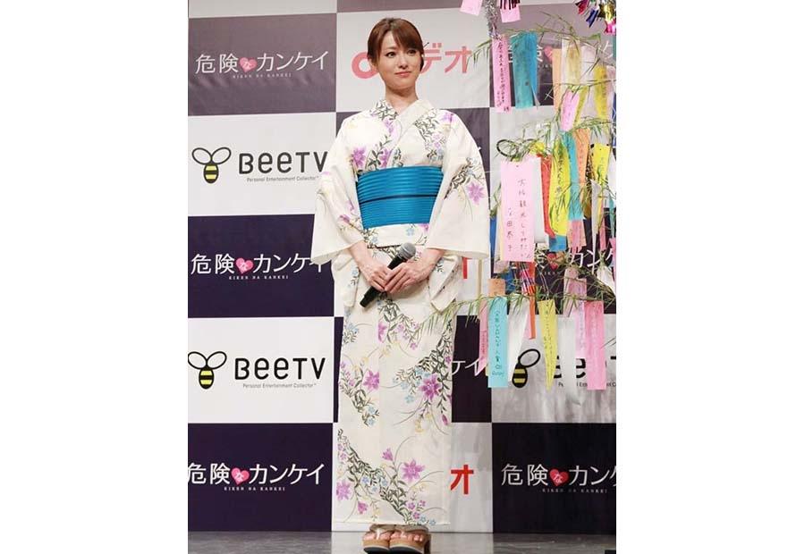 艶やかな浴衣姿でイベントに登場した女優・深田恭子(7日・大阪市内)