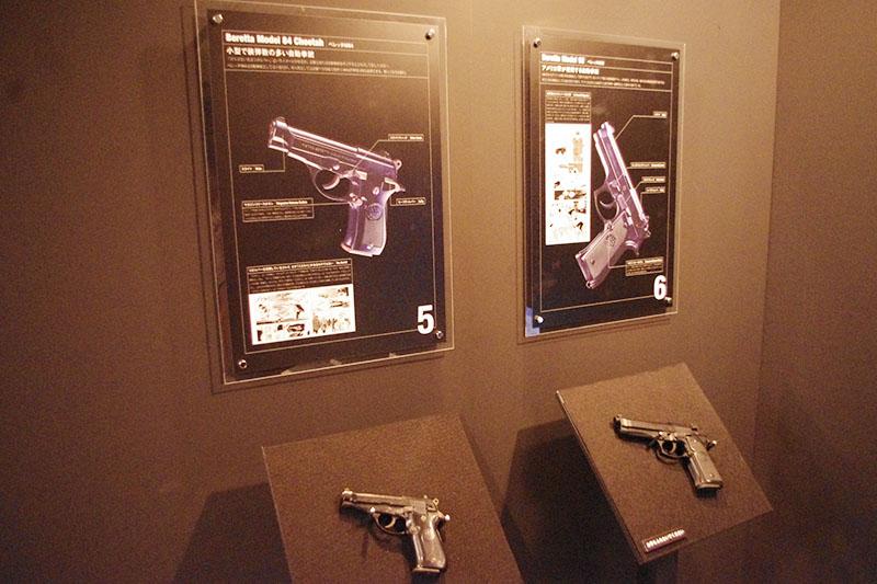 ゴルゴ13愛用のライフル&拳銃を複製したコーナーは、細かな解説付き