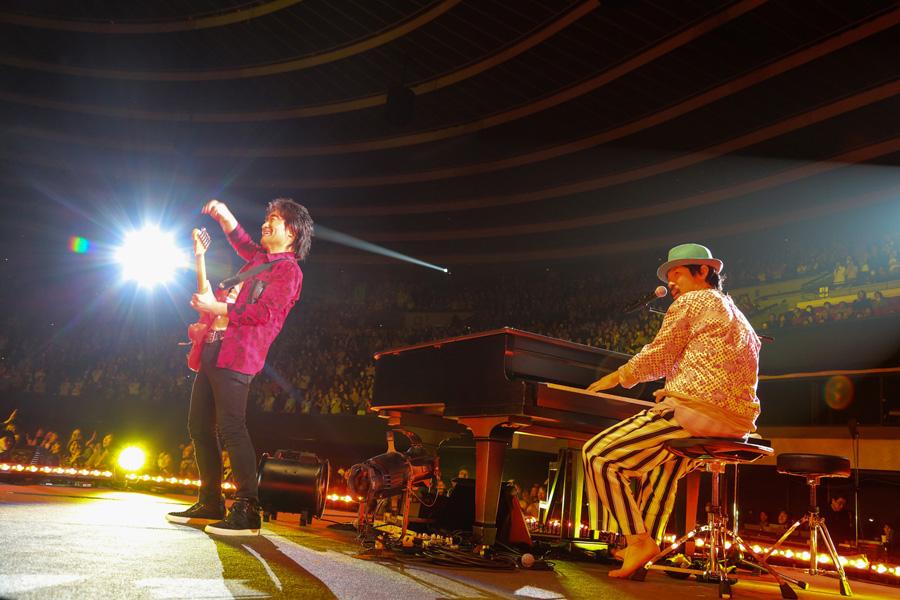 スターダスト☆レビュー・根本要(左)と、スキマスイッチ・常田真太郎(2月12日・大阪城ホール)