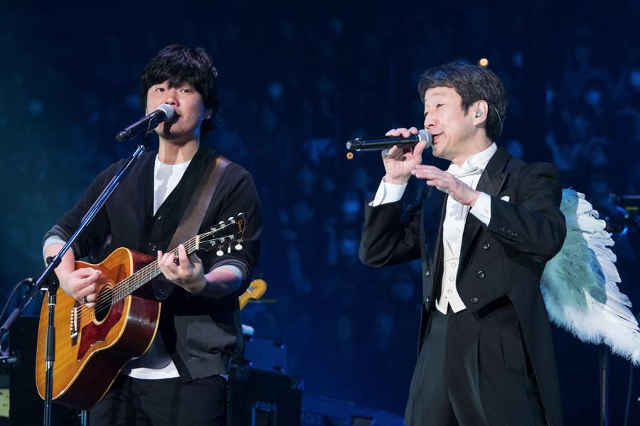 秦基博(左)とKAN(2月12日・大阪城ホール)