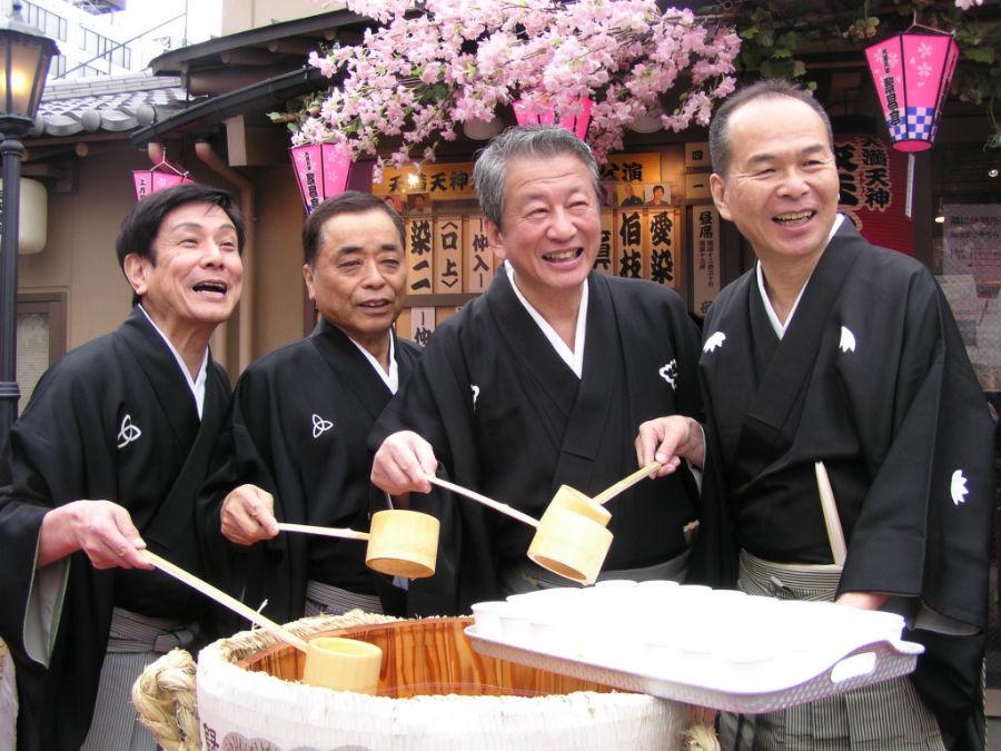鏡開きのあと振る舞い酒をする副会長の4人。左から桂米団治、桂きん枝、桂春之輔、笑福亭仁智(1日、大阪市内)