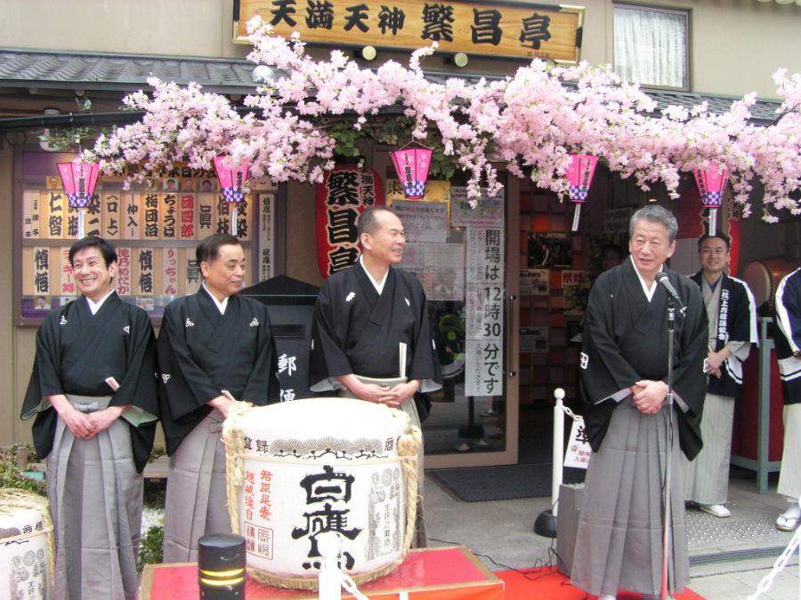 開場前に挨拶した桂春之輔(右)