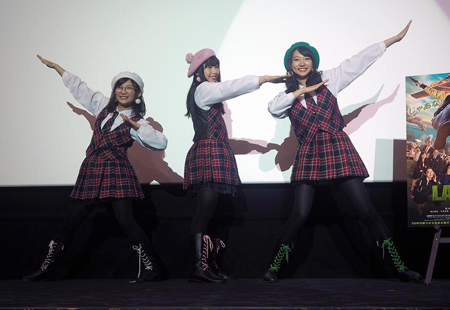 桜井日奈子(センター)、武田玲奈(右)、伊藤沙莉(左)の3人で結成された、KBD(きびだんご)ホーリーナイト(29日・大阪市内)