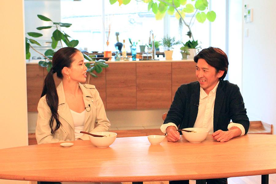「ただ痩せれば良いものではない」と語る福永祐一騎手、左はナビゲーターの尾崎紗代子