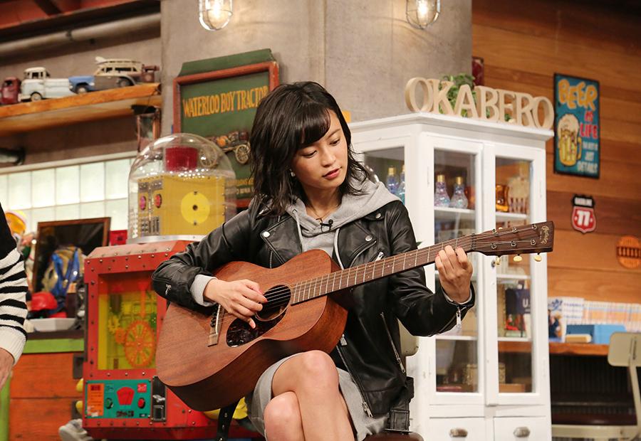 クラプトンの名曲『ティアーズ・イン・ヘヴン』を演奏する小島瑠璃子