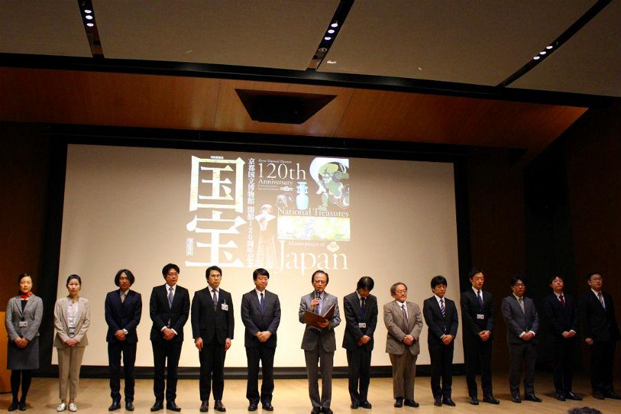 国宝展担当の全12分野13名の研究員と佐々木館長(真ん中)