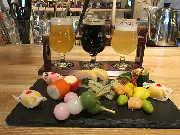 「キョウトタワーサンド バル」の京都醸造 飲みくらべセット980円、6種類の和タパス1500円