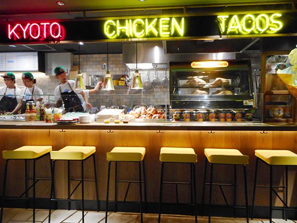 「ロティ チキン&タコス」。各店にはカウンターもあり、気軽に立ち寄れる